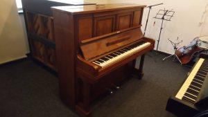 Pianino Scholze Warnsdorf hnědé barvy, velmi zachovalá hnědá skříň.Celopancéř. Pianino po generální opravě. Nové ladicí kolíky, Záruka 3 roky. Nádherný zvuk, vhodné i pro profesionální hraní. Cena 58 000,-